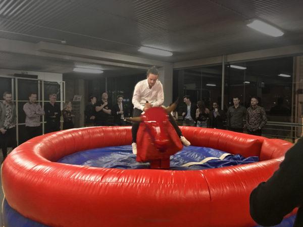 mekanisk tjur, röd tjur, rodeo bull,hyra hoppborg, kick-off, after work, aw, barnkalas